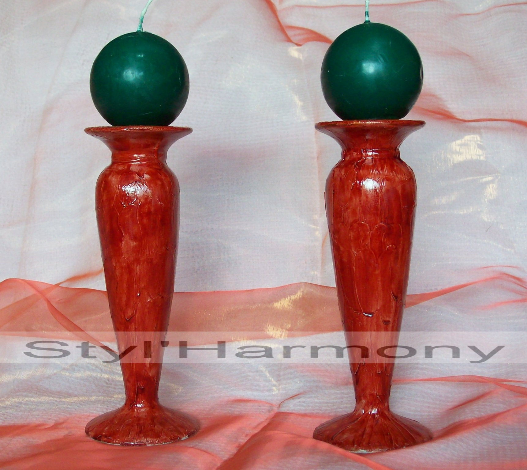 Bougeoirs rouges en relief. 1