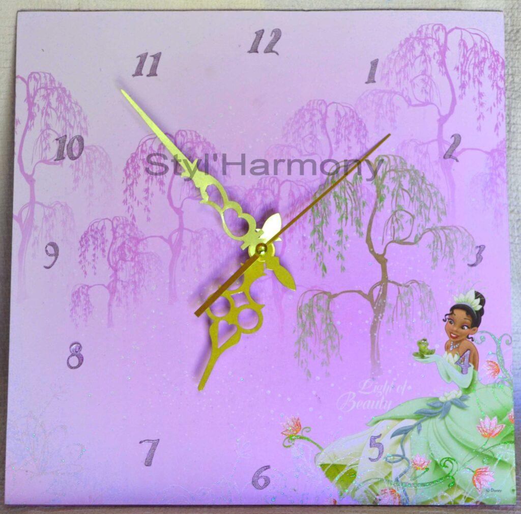 Une horloge de contes de fées pour chambre d'enfant. 2