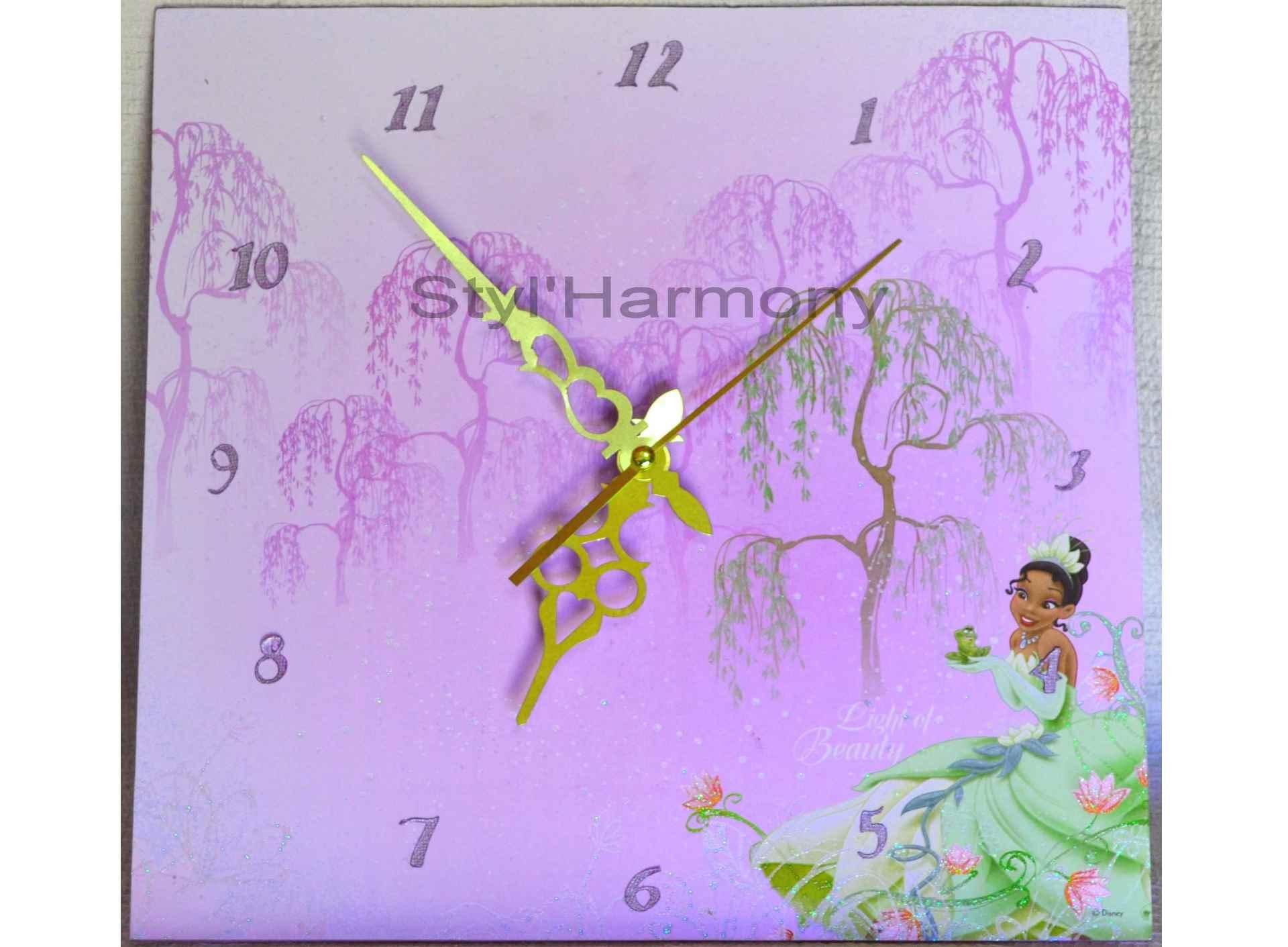 Une horloge de contes de fées pour chambre d'enfant. 1
